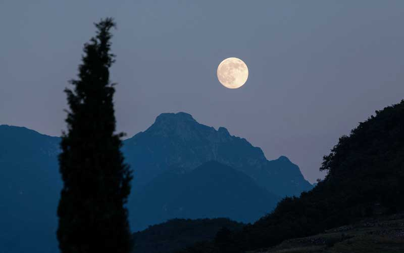 Capturing moon with Landscape Elements